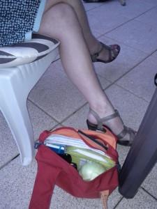 Ein Kohlrabi in einer Damenhandtasche